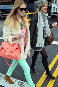 La famosa blogger TheBlondeSalad, Chiara Ferragni combina su collar bohemio-chic con jeans azul menta que esta super de moda y camiseta pastel.