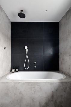 Okolí vany a stěny kryje betonepox, stěrka odolávající vodě, patent české firmy Němec - luxusní povrchy.