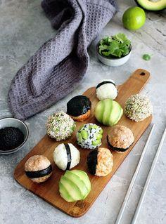 Vegan Onigiri – Japanese Stuffed Rice Balls Sushi rice is not just for making sushi! Another cool way to use it is making Onigiri, aka Japanese stuffed rice balls. They are easy to make and are perfectly customizable. Vegan Sushi, Vegan Foods, Vegan Vegetarian, Vegan Meals, A Food, Food And Drink, Sem Gluten Sem Lactose, How To Make Sushi, Rice Balls