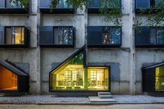 Youth Hotel of iD Town, on the hilltop of the seaside valley, was originally served as one of the dormitory building in Honghua Dying Factory's residential area, representing the settlements of the first batch of immigrant labors after the...