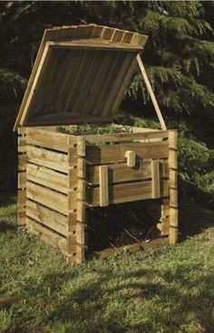 Compost bins are useful. There is always room for more. All of my compost bins double as worm farms. Garden Projects, Garden Tools, Wooden Compost Bin, Diy Compost Bin, Diy Jardin, Bois Diy, Yard Waste, Garden Compost, Worm Farm
