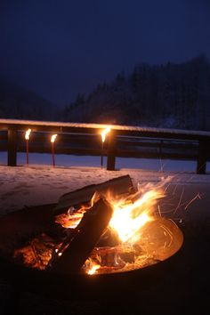Winterhochzeit - Empfang mit Feuerschale und Fackeln auf der verschneiten Seeterrasse am Riessersee in Garmisch-Partenkirchen - winter wedding reception in Bavaria with fire pit