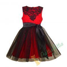 Auffallendes ärmelloses Mädchenkleid aus elastischem Stoff in Rot. Der obere Teil des Kleides ist mit schöner Spitze in Schwarz und der Rockteil ist mit schönem schwarzen Schleier bedeckt. Für ein elegantes Aussehen sorgt das schwarze Satinband, das sich vorne binden lässt. Auf der Rückseite, schließt das Kleid mit einem verdeckten Reißverschluss. Geeignet für alle formellen und festlichen Anlässe Ihres Kindes. Großartig in Kombination mit einem unserer Boleros oder unseren Strickwesten. Rock, Elegant, Skater Skirt, Skirts, Fashion, Boleros, Veil, Chic, Lace