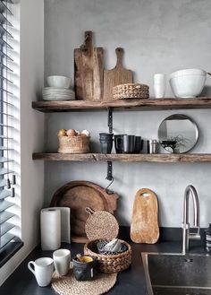 Mooie keuken met grijze wand en oud-houten planken. Super stijlvol! #vennwooninspiratie #keuken #oudhout #stijlvolwonen #woontips #woonstijl #woontrend #interieur Bron: huizedop