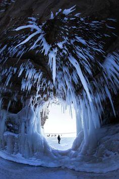 Naturschauspiel in Wisconsin: Eiszapfen am Höhlendach