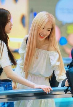 BLACKPINK was recently spotted at Incheon International Airport on their way to Manila, Philippines where Rosé looked like an absolute angel. Bell Rose, White Dress Outfit, Lisa Blackpink Wallpaper, Blackpink Fashion, Park Chaeyoung, Jennie Blackpink, Rose Dress, Models, Kpop Girls