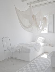 White bedroom *love the white. Thinking of an all white room with the ceiling as my accent wall at The Edge? All White Room, White Rooms, Turbulence Deco, World Of Interiors, White Interiors, Design Interiors, Scandinavian Home, White Houses, Home Interior