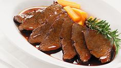 Rindfleisch in Barolo Pot Roast, Steak, Food And Drink, Ethnic Recipes, Couture, Meat, Easy Meals, Food And Drinks, Food Food
