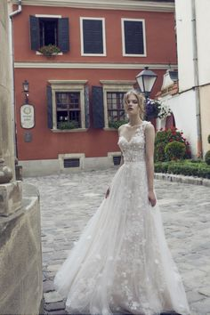Gorgeous Bridal Outfits for the very pretty Brides. Make your D-day even more special in these stunning Bridal Outfits. Here are 30 Bridal Outfit Ideas for you 2 Piece Wedding Dress, Two Piece Gown, Luxury Wedding Dress, Long Wedding Dresses, Wedding Gowns, Wedding Reception, Dream Wedding, Bridal Outfits, Bridal Dresses