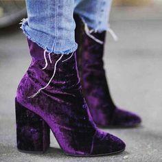 Stivaletti in velluto Autunno 2016 - Stivaletti in velluto viola con jeans  sfilacciato 3bfe6619539
