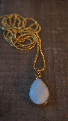 Gouden bolletjes ketting met druppelvormige jade door Monkssieraden #ketting, #kettingen, #sieraden, #jewelry, #jewellery, #handmade, #necklace