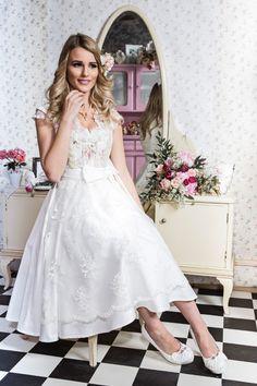 """Mit der """"DivineIdylle La Mariée 2017"""" Braut Kollektion schafft Tian van Tastique Brautkleider für die traditionsbewusste, moderne Braut."""