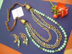 Conjunto de collar corto con 2 vueltas de cadena dorada y dos en perlas. Terminación en cuero. Tutorial en el Blog: www.diseño-bijouterie,com.ar