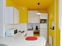 Värikäs keittiö yksiössä