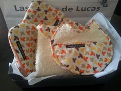 Canastilla tela hojas de otoño, compuesta por capa de baño, guardapañales, babero bebe y neceser pequeño.