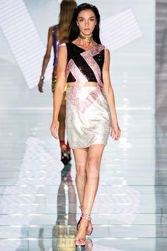Guarda la sfilata di moda Versace a Milano e scopri la collezione di abiti e accessori per la stagione Collezioni Primavera Estate 2015.