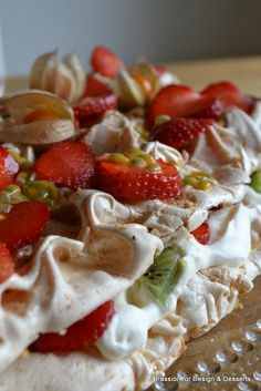 This summery tart has got a thin cake base, a crispy meringue layer, whipped cream and fresh berries. / Mansikkainen Britan torttu on ehdoton kesäeväs!