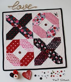 A new free table mat pattern (Pat Sloan Quilt) Heart Quilt Pattern, Quilt Patterns Free, Free Pattern, Small Quilts, Mini Quilts, Baby Quilts, Charm Square Quilt, Table Topper Patterns, Summer Quilts