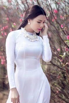 Tà áo dài trắng kín đáo nhưng lại chứa vẻ đẹp thuần khiết, trong sáng. Cùng xem sao Việt và sao ngoại đọ sắc xem ai đẹp hơn khi diện áo dài trắng.