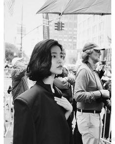 #제이와이드컴퍼니 #jwidecompany #김태리 #kimtaeri #단발여신 #분위기여신 #newyork #tiffany&co..김태리 배우가 뉴욕에서 보내온 hot 한 사진입니다💕 Long To Short Hair, Short Hair Styles, Raw Beauty, Asian Beauty, Korean Celebrities, Celebs, October Fashion, V Cute, Goddess Hairstyles