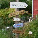 Diese fünf Holzschilder weisen den Weg ins Märchen und Sagenland und sind ein echter Blickfang für Garten oder Vorgarten. Sie sind handgemalt und mit einer Wetterschutzlackierung versehen. Die...