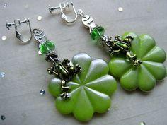 Designschmuck mit Chic und Witz, hier für die Teich Elfe mit einer Vorliebe für den Frosch in den grün Tönen der Natur.  Gutgelaunter Elfen Schmuck -