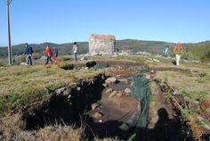 """Excavación arqueológila A Cruz do Castro (Carballedo) : Comenzadas en el 2008, se puede visitar haciendo la ruta """"Dos Tres Vales"""", tras ellas han salido a la luz los  restos de un poblado castrexo habitado entre los siglos II antes de Cristo y I después de Cristo, pero hay indicios de que puede ser incluso más antiguo. De esta época se excavó la muralla, un fondo de cabaña y otras estructuras domésticas. También se subraya"""