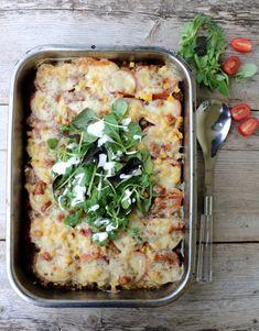 Hei! Det er fredag, helg og det betyr taco på menyen hos mange. Kva med å prøve en ny vri denne gangen: tacograteng?  En middag som både er rask og enkel, den lages på under halvtimen og krever heller ikkje for mange ingredienser. Perfekt helgemiddag for heile familien, som er både sunn og god … Cooking Recipes, Healthy Recipes, Healthy Food, Vegetable Pizza, Lasagna, Quiche, Tacos, Food And Drink, Chicken