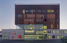 *버티컬 우드루버 테크니컬 센터 [ badia berger ] wood louvers wrap mantois technology center in france