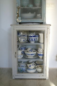 collection of blue and white in shabby chic cabinet Recycled Furniture, Painted Furniture, Shabby Chic Cabinet, Blue Onion, Vintage China, Vintage Dishes, Vintage Kitchen, White Dishes, Blue And White China