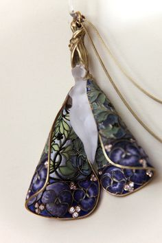 Pendant with chain. Rene Lalique (1860-1945) Circa 1900. Gold, enamel, diamonds.