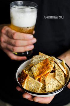 Nekada su jednostavne stvari zaista najbolje. A ovi krekeri su baš takvi, divni u svojoj jednostavnosti, hrskavi, aromatični i prava zdrava grickalica. Recept je iz knjige Bread Baker's Apprentice, Peter Reinhart-a, u originalu nose nazivLavash Crackers. Poreklom su sa Srednjeg Istoka, a najviše se vezuju za Jermeniju, gde predstavljaju jednu formu hleba koja se peče u glinenim pećima. Moram vas upozoriti, užasno su zarazni! Na oko baš i nisu nešto posebno, ali spoj hlebnog testa sa…