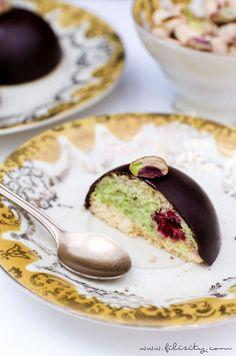 Pistazien-Törtchen mit Himbeeren   Feine Schoko-Kuppel mit Pistaziencreme und Bikuit   Filizity.com   Food-Blog aus dem Rheinland #dessert #kuchen #schokolade