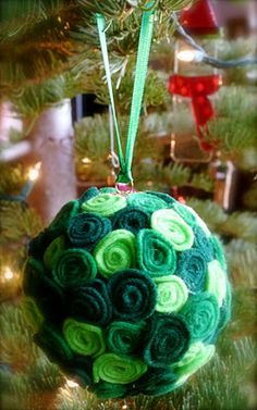 Felt rosette ornament. This is cool. Going to make these for next year