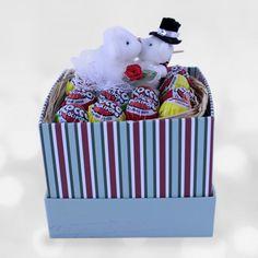 Tatlı Aşıklar Şeker Kutusu  Herkes sevgilisine olan aşkını anlatmak için farklı yollar dener. Aşkınız da her şeyin yolunda olduğunu ve mutlu olduğunuzu temsil edecek tatlı bir hediye seçeneğini sizler için hazırladık.