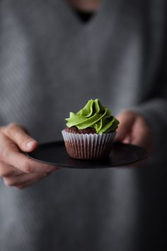 Vegan Chocolate Matcha Cupcakes are a unique and healthier twist on a everyday treat. The Matcha frosting is made from a base of cashews! High in fiber and low in refined sugar! Best Vegan Desserts, Vegan Dessert Recipes, Cupcake Recipes, Matcha Cupcakes, Baking Cupcakes, Cupcake Cakes, Vegan Chocolate Cupcakes, Chocolate Recipes, Vegan Cupcakes