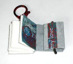 Ein handgebundenes Minibuch mit feinen Details als Anhänger für die Tasche, für die Lederkette, für das Handy, für die Jeans, für...    Für das Softco