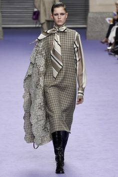 See the complete Mulberry Fall 2017 Ready-to-Wear collection.