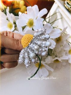 Diy Lace Ribbon Flowers, Beaded Flowers, Brooches Handmade, Handmade Jewelry, Cute Jewelry, Beaded Jewelry, Baby Hair Accessories, Beaded Brooch, Bead Art