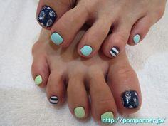 手描きのパイナップルが可愛いフットネイル  foot nail pineapple hand-painted cute. Make a base in the navy, I drew a pineapple in the paint. I paint and green pastel blue nails other, I put a border of white and one navy.