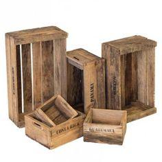 Een echte eye-catcher voor in en om uw woning dat is de Houten kisten set naturel, het leuke en makkelijke is dat alle kistjes in de grootte kist passen. De Houten Kistjes zijn voorzien van namen van Landen die er op gestempeld zijn. De set bestaat uit 6 verschillende kistjes, deze bevatten verschillende formaten. De houten kistjes zijn reeds verweerd en hebben reeds wat aanslag voor een extra rustieke uitstraling.!