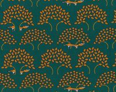 Kuschel-Sweatstoff+FOX+TRAIL,+Füchse+hinter+Bäumen,+moosgrün-terracotta