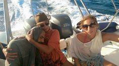 Una turista griega ha compartido en Facebook la dramática fotografía del momento en que ella y sus amigos rescataron a un refugiado sirio que estaba abandonado en el mar