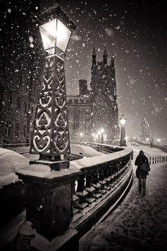 bluepueblo:      Snowy Night, Edinburgh, Scotland  photo via jan