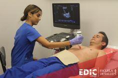 Estudiante del programa Sonografía Médica practica con uno de sus compañeros en el recinto de Carolina.
