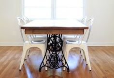 DIY dining table from vintage sewing machine Old Sewing Machine Table, Antique Sewing Machines, Furniture Projects, Furniture Makeover, Diy Furniture, Diy Projects, Singer Sewing Tables, Restoring Old Furniture, Diy Dining Table