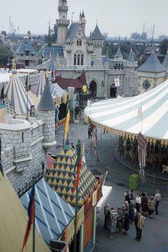fifties-sixties-everyday-life: Disneyland c. Disneylândia Vintage, Disney Images, Vintage Disneyland, Parking Design, Park Photos, Disneyland Resort, Hollywood Studios, Amusement Park, Epcot