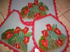 Jogo de tapetes emborachados, pintados à mão com barrado em crochê, motivo antúrios.