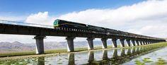 Quinghai-Tibet, el ferrocarril más extremo del mundo, 1956 kms, que alcanza 5072 metros sobre el nivel del mar. Los vagones son herméticos y un servicio médico a bordo proporciona máscaras de oxígeno en caso de emergencia.