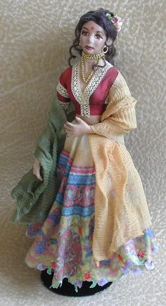 how to: mini doll in traditional Indian dress Dollhouse Dolls, Miniature Dolls, Dollhouse Miniatures, Indian Diy, Indian Crafts, Barbie Fairy, Edwardian Clothing, America Girl, Indian Dolls
